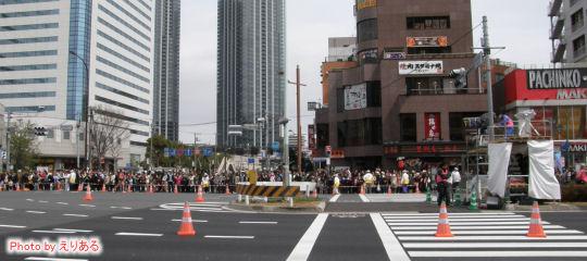 豊洲交差点を通過するランナーと応援客