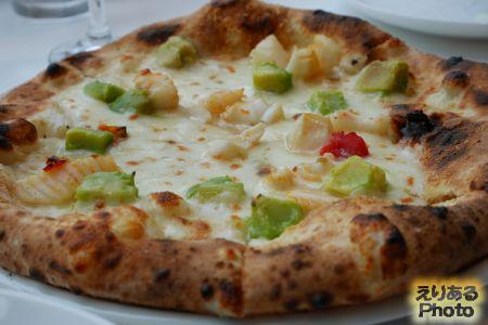 イカ、アボカド、ドライトマト、モッツァレラチーズのピッツァ