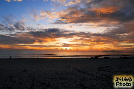 ベトナム・ダナン ビーチから見た朝陽