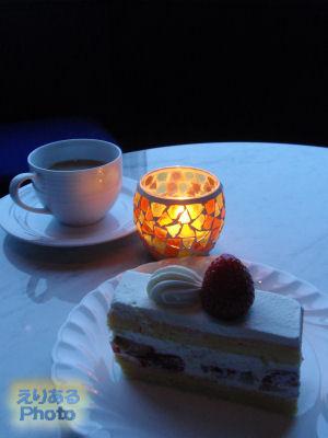大人のスイーツブッフェ5to8 ケーキとランプとカップ