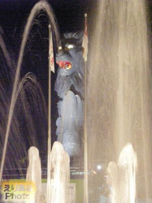 リゾート・ワールド・セントーサの噴水越しの夜のマーライオン・タワー