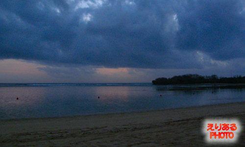バリ島での朝陽の上る前