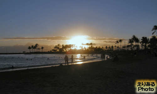 ハワイの夕陽、ヒルトン・ハワイアン・ビレッジ前のビーチにて