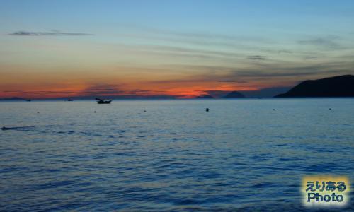 ベトナム・ニャチャンのビーチから見た朝陽2016